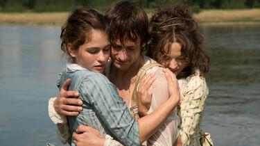 Szenenbild: Die beiden Schwestern umarmen Schiller