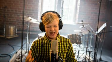 Szenenbild: Der Superstar am Mikrofon