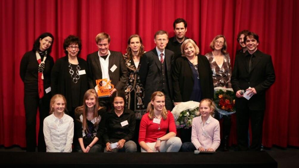 Gruppenbild vor rotem Kinovorhang