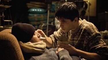 Szenenbild: Der Junge füttert den Kranken Mann