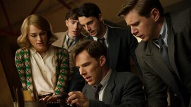 Szenenbild: Eine Gruppe von jungen Wissenschaftlern, in der Mitte Alan Turin, schauen auf etwas am unteren linken Bildrand