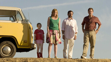 Familie Hoover steht neben ihrem gelben Bully und guckt entsetzt in den Abgrund.