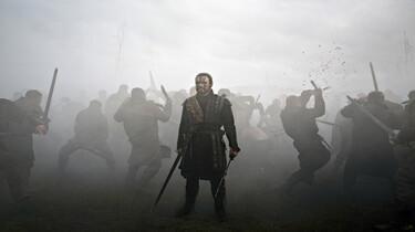 Szenenbild: Macbeth auf einem düsterern Schlachtfeld