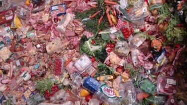 Szenenbild: Lebensmittelmüllberg