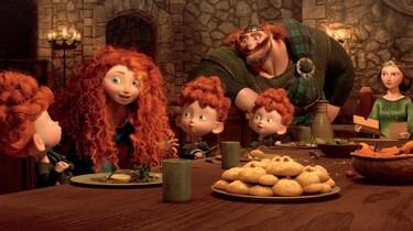 Szenenbild: Merida im Kreise ihrer Familie am Esstisch