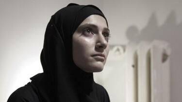 Szenenbild: Nahaufnahme einer Frau im Hijab