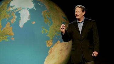 Szenenbild: Al Gore vor einer großen Abbildung der Erde