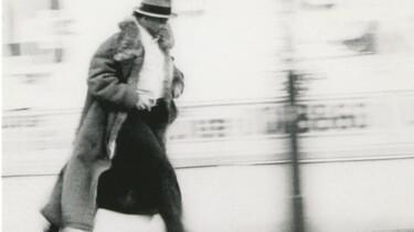 Szenenbild: Beuys von links nach rechts laufend, im wehenden Mantel