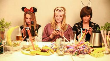 Szenenbild: Drei Frauen mit Hasenohren tippen auf Handys