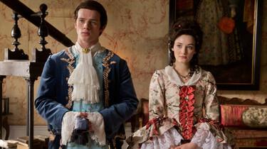 Szenenbild: Gwen und Gideon in barocken Kostümen
