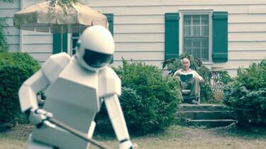 Szenenbild: Robot bei der Gartenarbeit, Frank schaut aus dem Hintergrund zu
