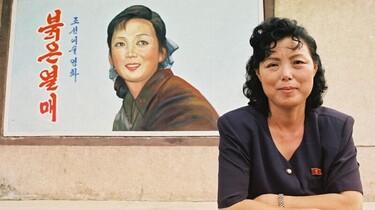 Szenenbild: Eine Frau vor einem Portrait