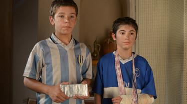 Szenenbild: Zwei Jungs in verdreckten Fußballklamotten