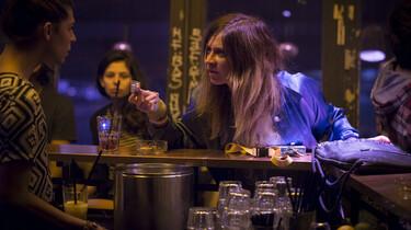 Szenenbild: Die Hauptprotagonistin am Tresen einer Bar