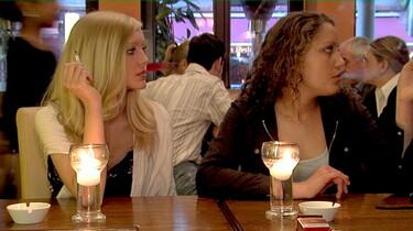 Szenenbild: Zwei der drei Protagonistinnen an der Theke eines Cafés