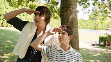 Szenenbild: Greg und sein Bruder blicken in die Ferne, im Hintergrund Baum