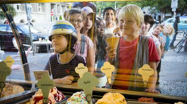Szenenbild: Rico und Oskar bestellen Eis bei einer Eisdiele
