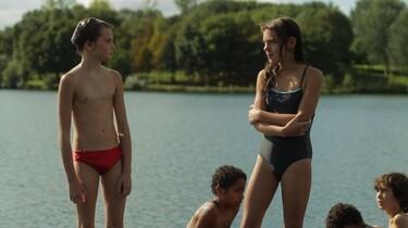 Szenenbild: Laure/Michael in Badehose, neben ihr/ihm ein Mädchen im Badeanzug