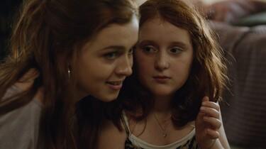 Szenenbild: Stella und ihre Schwester im vertrauten Miteinander