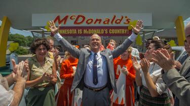 Szenenbild: Michael Keaton als Ray Kroc jubelnd inmitten einer applaudierenden Menschenmenge vor einem McDonald´s Restaurant