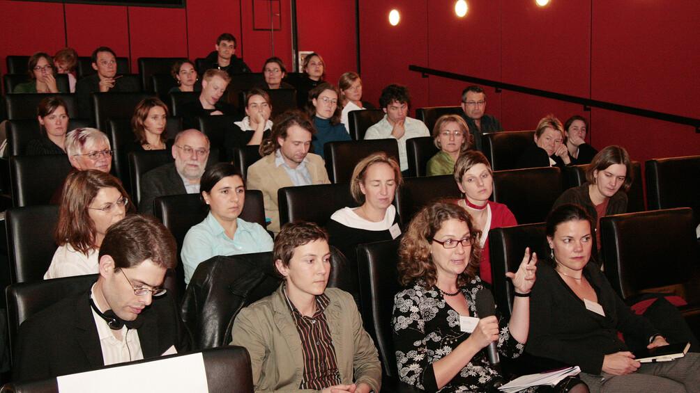 Kongressteilnehmende im Kinosaal des Arsenal in Berlin