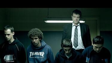 Szenenbild: Die vier Jungs schauen betreten auf den Boden