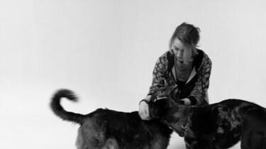 Szenenbild: Ein Mädchen mit zwei Hunden