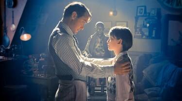 Szenenbild: Hugo und sein Vater auf dem Dachboden, im Hintergrund die sagenumwobene Menschenmaschine