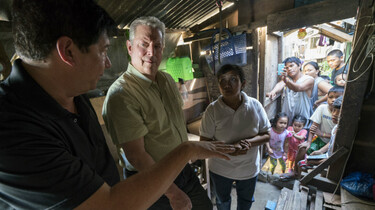 Szenenbild: Al Gore diskutiert in einer südostasiatischen Hütte