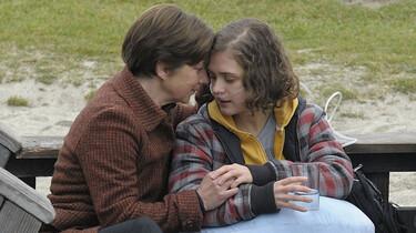 Szenenbild: Lea mit ihrer Mutter im intensiven Gespräch auf einer Parkbank