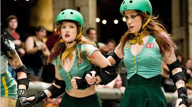Szenenbild: Zwei Mädchen in grüner Mannschaftskleidung und mit Helmen