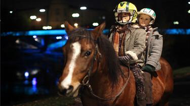 Szenenbild: Die zwei Kinder auf dem Rücken eines Pferdes