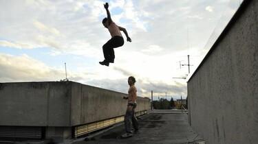 Szenenbild: Der junge Gerüstbauer Richie und ein Freund beim Parkour