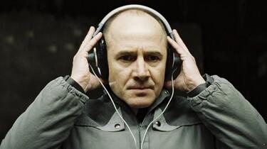 Szenenbild: Ulrich Mühe mit Kopfhörern als Stasioffizier