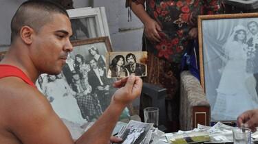 Szenenbild: Einer der Söhne eines der Ermordeten zeigt ein Hochzeitsbild seiner Eltern