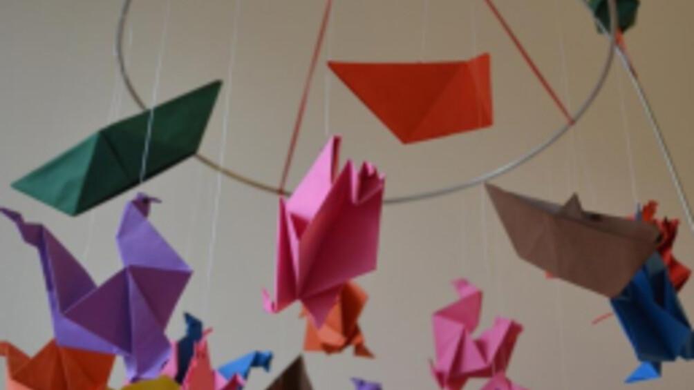 Mobile aus bunten Papiervögeln