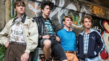 Szenenbild: Frank, Mücke, Pommes und Spüli vor einer Wand mit Graffitti
