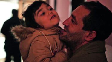 Szenenbild: Nazif mit seinem Kind auf dem Arm