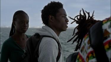 Thierno ist auf einem Boot und guckt auf das Meer.