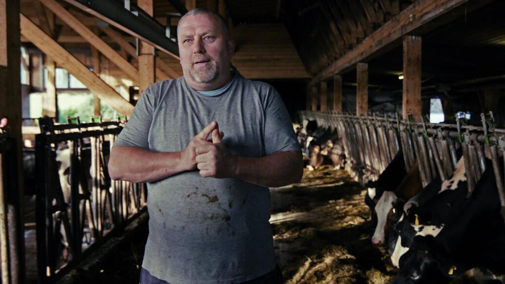 Szenenbild: Bauer im Kuhstall