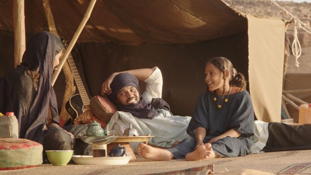 Ein Vater mit seiner Tochter in der malischen Wüste.