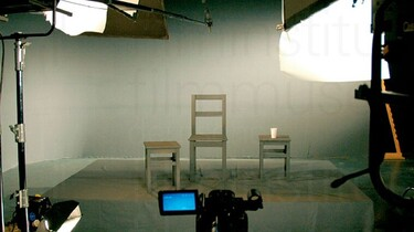 szenenbild: Studio mit Stuhl und Hockern