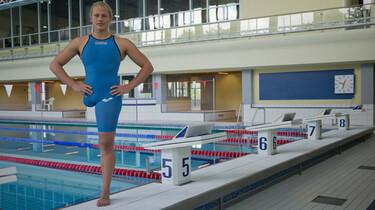 Szenenbild: Die einbeinige Schwimmerin Christine aus Berlin am Rand eines Schimmbeckens