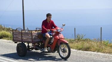 Szenenbild: Yannis auf einem Moped mit Anhänger
