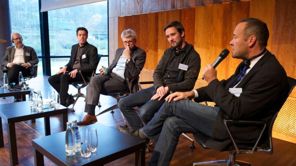 Die Teilnehmer eines Podpiums bei der Diskussion, am Mikrofon Thomas Krüger, Präsident der Bundeszentrale für politische Bildung