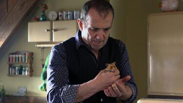 Szenenbild: Der Entführer mit dem Hamster in der Hand