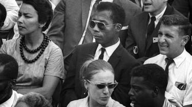 Szenenbild: James Baldwin sitzend in einer Zuschauermenge