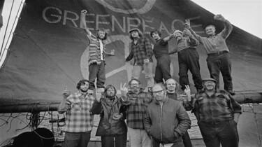 Szenenbild:  Eine Gruppe von Männern vor einem Greenpeace Transparent