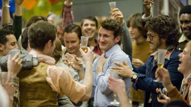 Szenenbild: Eine Grupper voller Männer mit Bier in den Händen