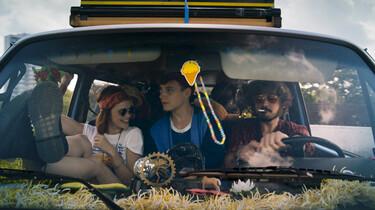 Szenenbild: Drei Jugendliche im wild dekorierten Auto